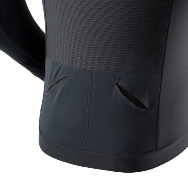 Der ideale Begleiter für Läufe an kälteren Tagen. Zum Schutz vor Wind besteht die vordere Partie der Jacke aus wasserabweisendem Dynashell™ Windproof Material, während für optimale Ventilation ein Einsatz von Mesh-Material am Rücken eingearbeitet ist. Der Rest der Jacke besteht aus sehr atmungsaktivem, gebürstetem Stretch-Nylon, das super Bewegungsfreiheit ermöglicht. Durch die flachen Nähte ist die Jacke äußerst bequem. Elastische Bundabschlüsse geben optimalen Halt und sorgen dafür, dass die Jacke beim Lauf nicht verrutscht. Zwei geräumige Fronttaschen mit Reißverschluss und zwei Einschubtaschen für Gels oder Flasks im unteren Rückenbereich bieten ausreichen Stauraum, um bei kürzeren Läufen ohne Gürtel oder Laufrucksack zu starten. Reflektoren sorgen für Sichtbarkeit nach Sonnenuntergang.
